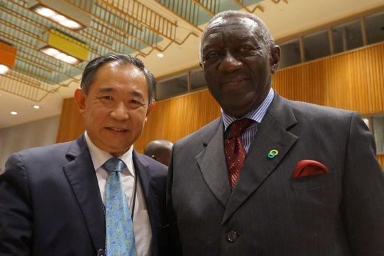 李若弘主席与加纳前总统John A. Kufuor阁下亲切交谈