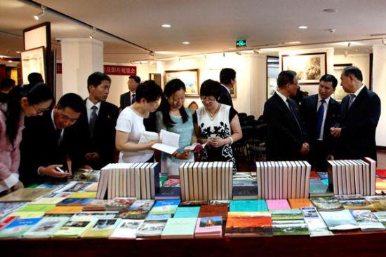 在观览朝鲜纪录片与画展时交谈