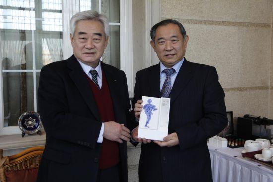 赵正源主席向李若弘主席赠送世界跆拳道联盟纪念礼