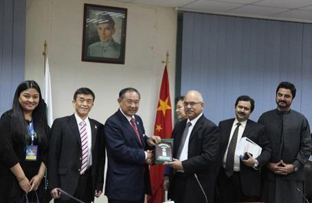 巴基斯坦国家投资委员会外商投资署署长法拉克先生(右三)向中国世界和平基金会主席李若弘先生(左三)授牌