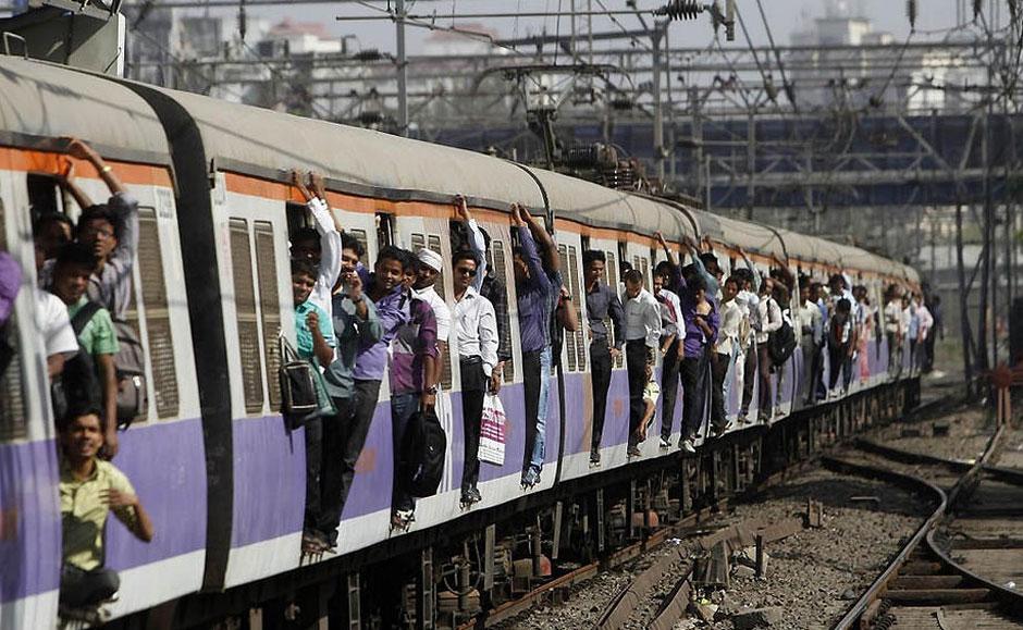 印度人挤火车的震撼景象