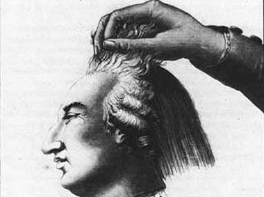 被斩下的路易十六的首级,刽子手行刑后提着犯人的头颅示众。