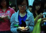 同学用绿丝带与烛光传递祝福