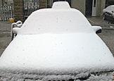 汽车被雪覆盖