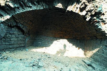 呈半圆形,像个蒙古包,墓壁上采用带精美花纹的青砖,墓穴内有两具完好