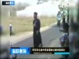 实拍印尼丧礼途中死者遗体从棺材底掉出