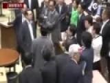 日本议员因安保法表决动粗 安倍冷眼旁观