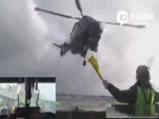 多角度实拍直升机惊涛骇浪中机降军舰