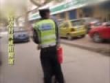 实拍男子街头狂殴交警 将其按倒在地锁喉