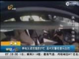 现场:奔驰女酒驾撞毁9节护栏 遇警摆剪刀手自拍