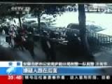 现场:女子现金被抢 数十人围堵擒劫匪