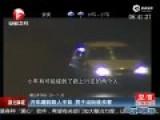 实拍男子乘车蹭到路人手背 下车理论当街被杀