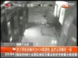 监控-醉汉闯银行猛砸ATM机 坐地哭嚎不想活了