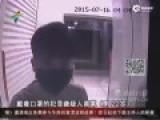 监拍男子ATM前遭割喉抢钱 夺刀激烈搏斗