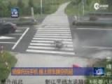 监拍女子骑车时玩手机 撞上轿车腾空飞起