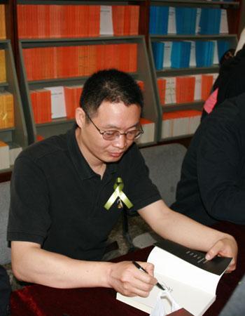 作家麦家在自己的代表作《暗算》上签名