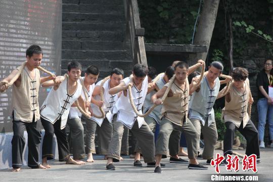 大型原生态舞蹈 刘良伟 摄