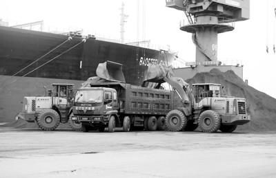 □最新数据显示,7月份进口铁矿石5808万吨,同比增加47%,创年内新高。CFP图片