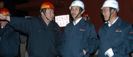 虽然杜双华(右三)曾反对,但他的日钢仍难逃被国企兼并的命运。 IC 资料