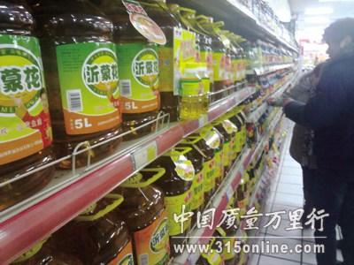 """超市里摆满了胜福生产的""""花生油""""。(图片来源:中国质量万里行)"""