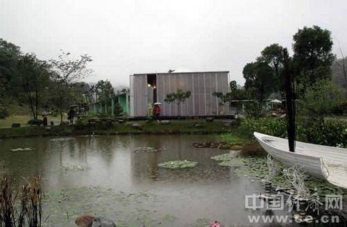 坐落在台湾南投埔里桃米生态村山谷水畔的纸教堂。
