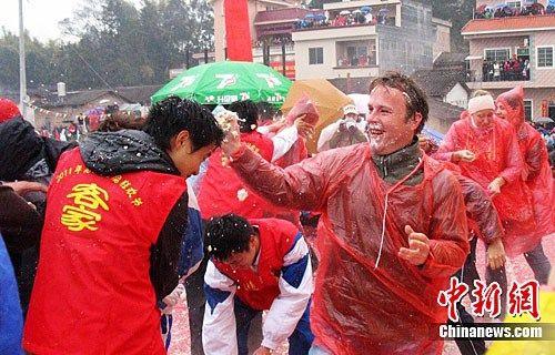 每年的正月十三,是广东佛冈县高岗镇社岗下村一年一度的盛事――豆腐节。当日下午,伴随着锣鼓、鞭炮声,村民们以互掷豆腐的狂欢形式来表达祝福,同时祈求新的一年风调雨顺、五谷丰登。 豆腐节又称新春丁节,是社岗下村林氏族人元宵上灯习俗中一项独具特色的民俗活动。中新社记者 李凌 摄