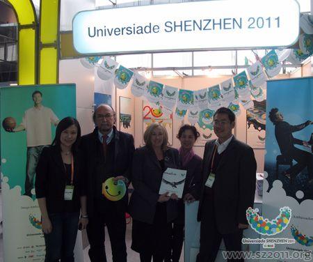 国际记协主席吉安尼・梅罗(左二)在深圳展台前合影