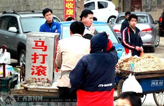 一些小摊小贩抓住商机,在各公墓墓区周边摆卖小吃。记者卿要林摄