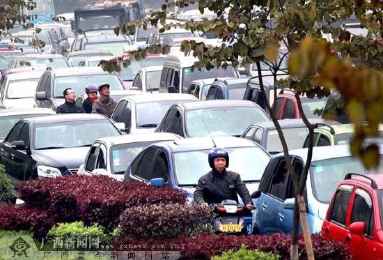 西山公墓外的柳太路段车辆排成长龙缓慢通行,大家都在小长假最后一天去扫墓。记者卿要林摄