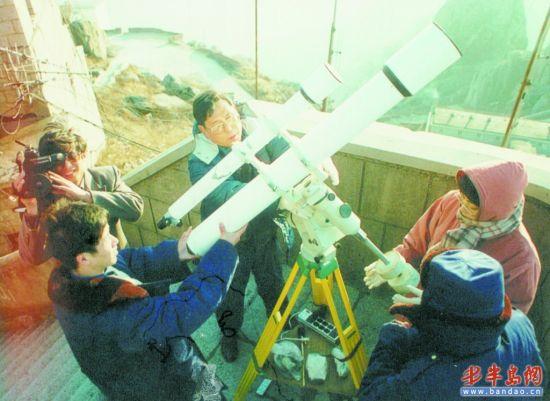 1996年,前任台长孙寿�` (中)在崂山观测海尔-波普彗星。