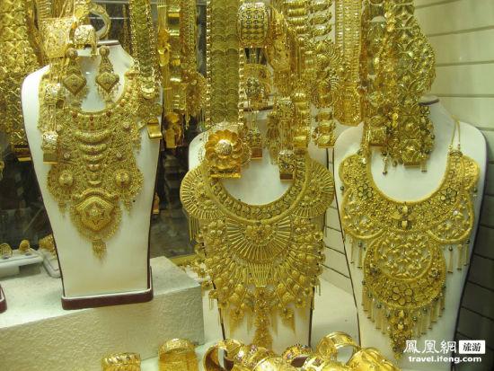 迪拜黄金珠宝首饰市场上的各家店铺虽小,但却堆金叠翠,价值连城,像是一座座小型国际黄金珠宝珍品博物馆。
