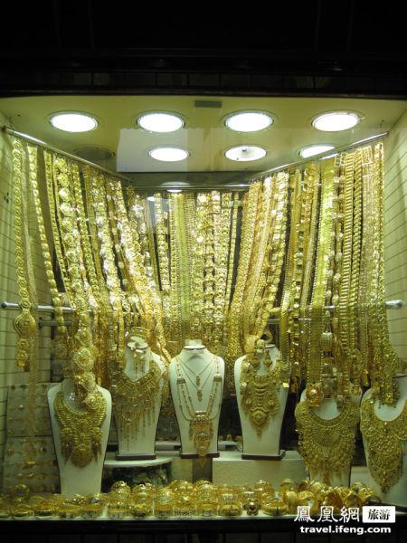 最令人眼花缭乱的是阿拉伯妇女婚礼时的黄金珠宝饰品。