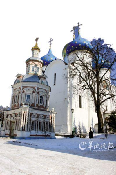 红色的圣水礼拜堂与蓝色圆顶的圣母升天教堂