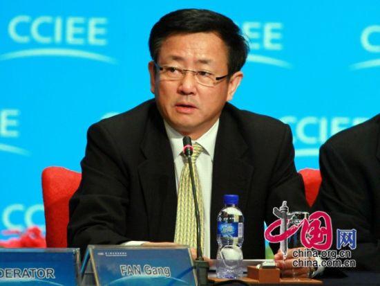 """由中国国际经济交流中心主办的""""第二届全球智库峰会""""于2011年6月25-26日在北京召开,主题为""""全球经济治理:共同责任""""。图为樊纲主持第一时段""""经济形势与通胀治理分会""""第一小节。 图片来源:中国网"""