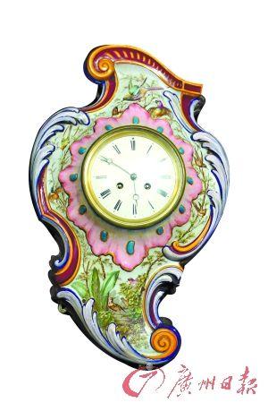 这是胡志刚最新的藏品,是一个很特别的瓷胎画珐琅挂钟。