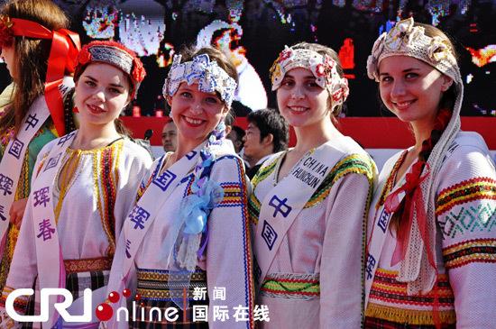 开幕式上中国东北珲春邀请的外国表演队伍 林路摄