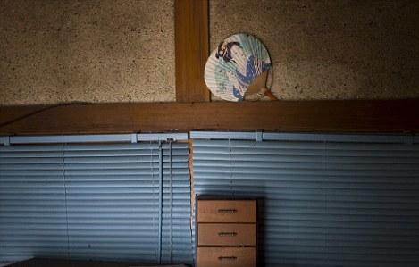 屋主走得太匆忙,忘记带走那把插在墙缝里、用惯了的纸扇。