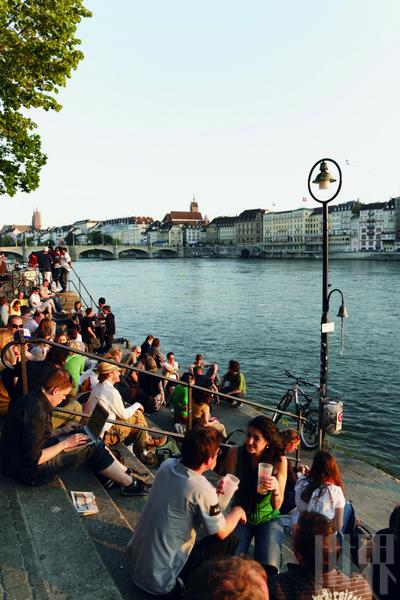 傍晚的水边总会聚集很多年轻人