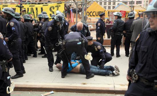 據紐約市警察局局長雷蒙德-凱利介紹,清場過程中約200名抗議者因擾亂治安行為及拘捕等原因被捕,其中142人在公園,50至60人在附近街道被捕。(圖片來源:紐約時報)