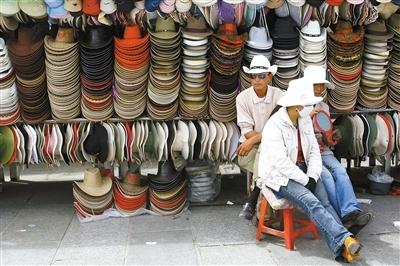 像这样卖帽子的摊位在国内很多景点都能见到,并未突出景区特色。图/CFP