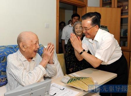 2009年8月6日,温家宝总理看望钱学森。这是两人的最后一次见面,钱学森在病榻上不忘进言:培养杰出人才,是国家长远发展的根本。 本报记者 李学仁/摄