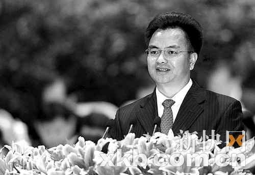 广州市委书记万庆良在作报告。