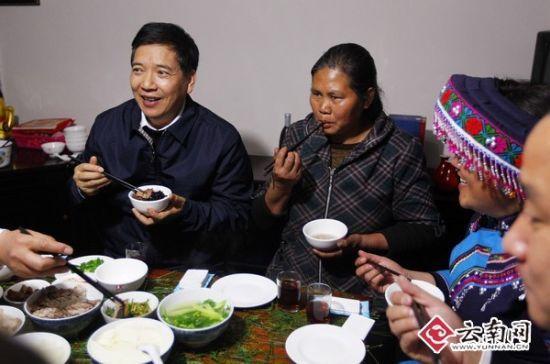 几个简单的家常菜,书记和张仁权家人共进晚餐。[云南日报记者 杨峥 摄]