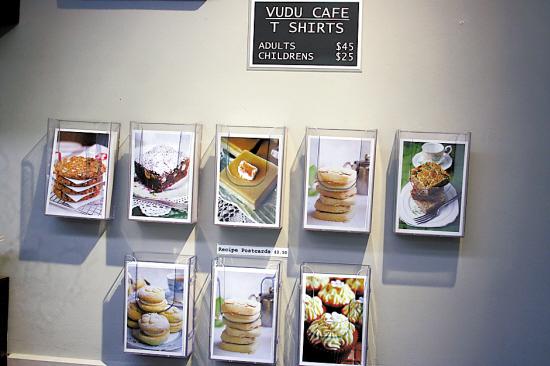 一些咖啡馆印制了自己的T恤、明信片等供游客选购