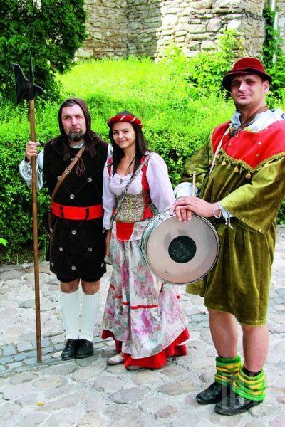 在Medieval Festival时,小城艺人们纷纷装扮成公主、骑士,挤满大街小巷