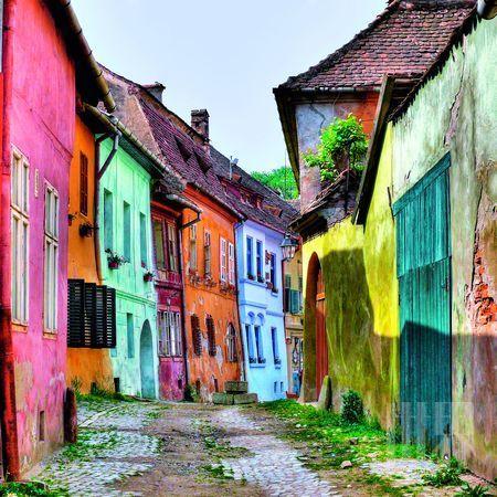 安静、古老、神秘莫测。小城的时光停驻在了中世纪