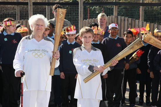 最年长的火炬手――在火炬传递开始时将满百岁的古尔德(左)与年纪最小的火炬手――11岁的麦高恩。