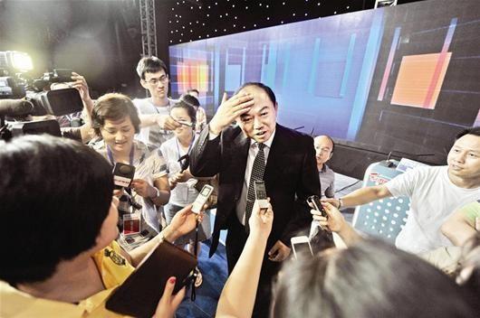 """图为:问政结束后副市长胡立山对记者说:""""很紧张,还在冒汗"""" 记者萧颢摄"""