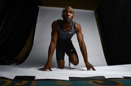 体操运动员Jonathan Horton摆造型上镜,但上的白纸已经破烂不堪,甚至连背后的国旗都皱巴巴的。