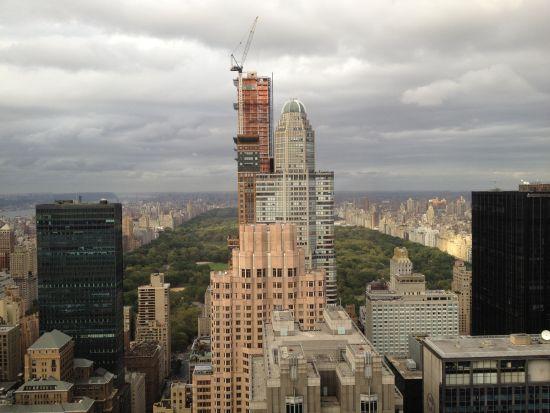 正在修建的的One57(远处最高建筑)面向纽约中央公园、中下城景色也尽收眼底。(图片来源:新浪财经罗绮梅 摄)